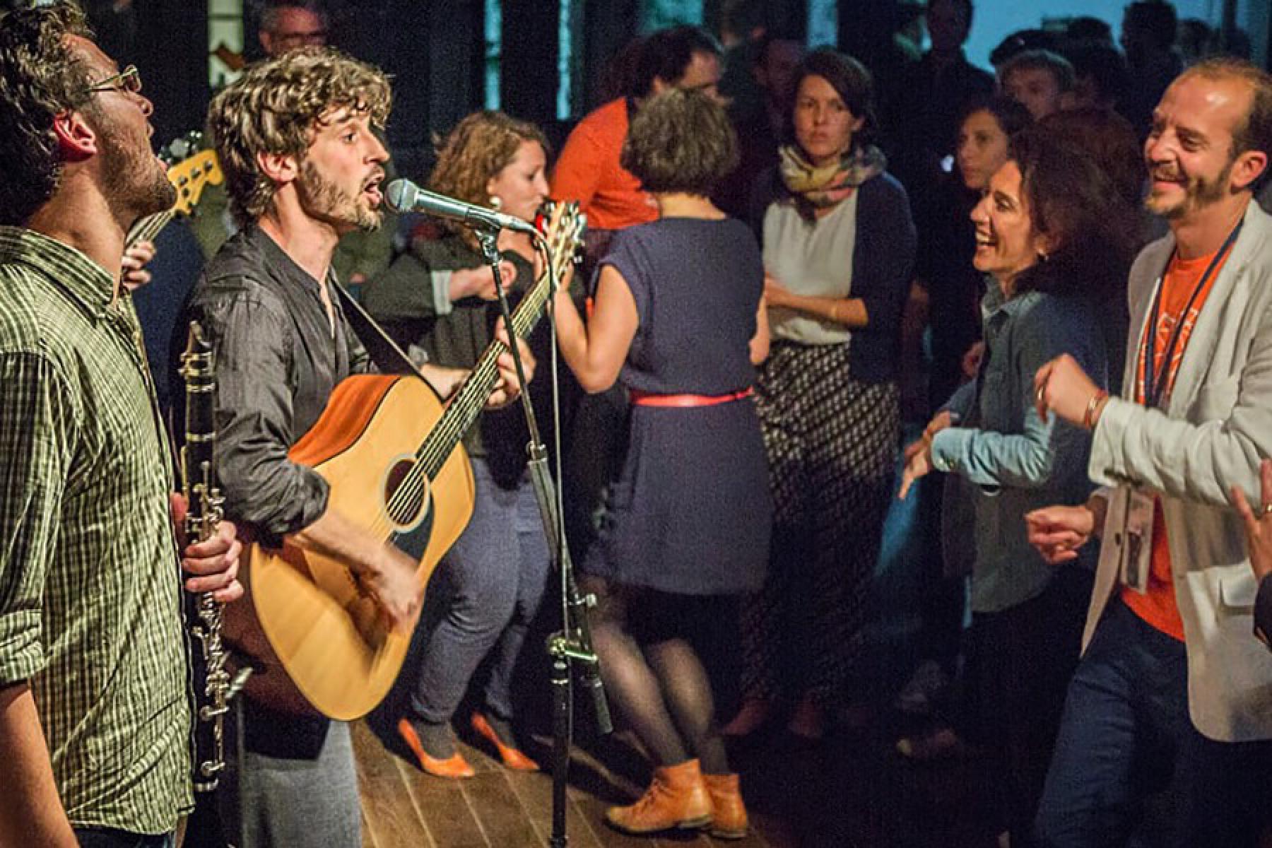 Band spielt Konzert vor tanzenden Menschen