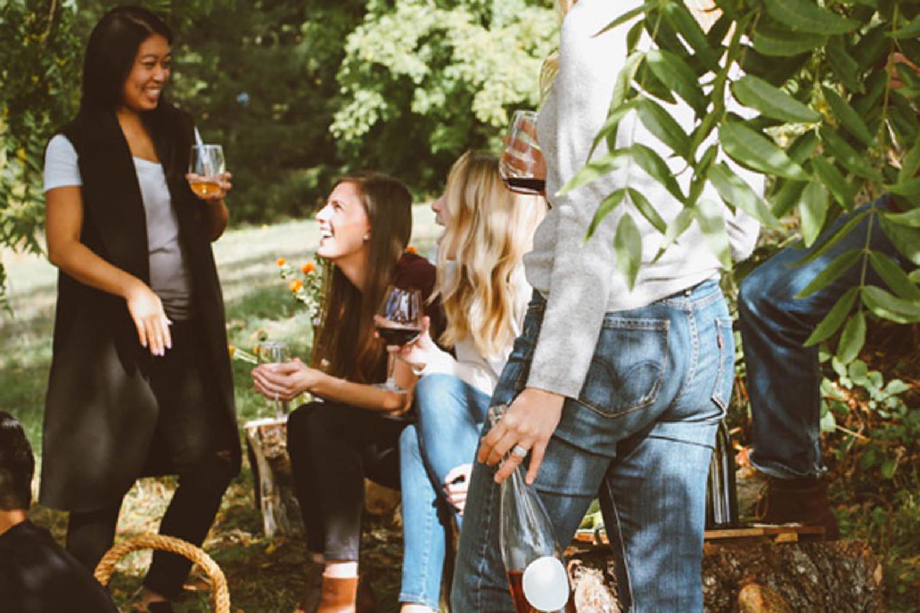 Frauen unterhalten sich lachend im Garten