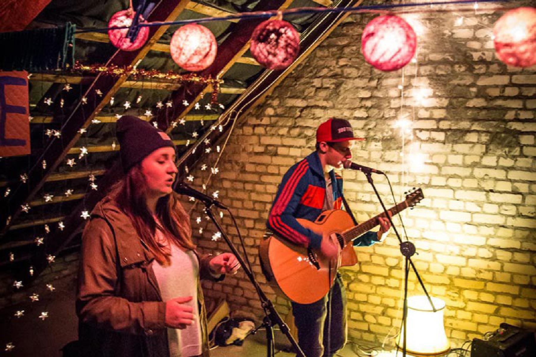 Band spielt Weihnachtskonzert auf Dachboden