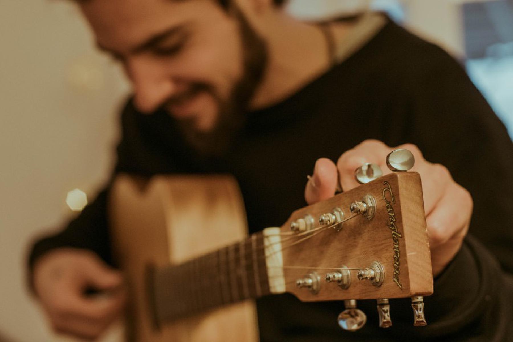 SofaConcerts-Künstler mit Gitarre