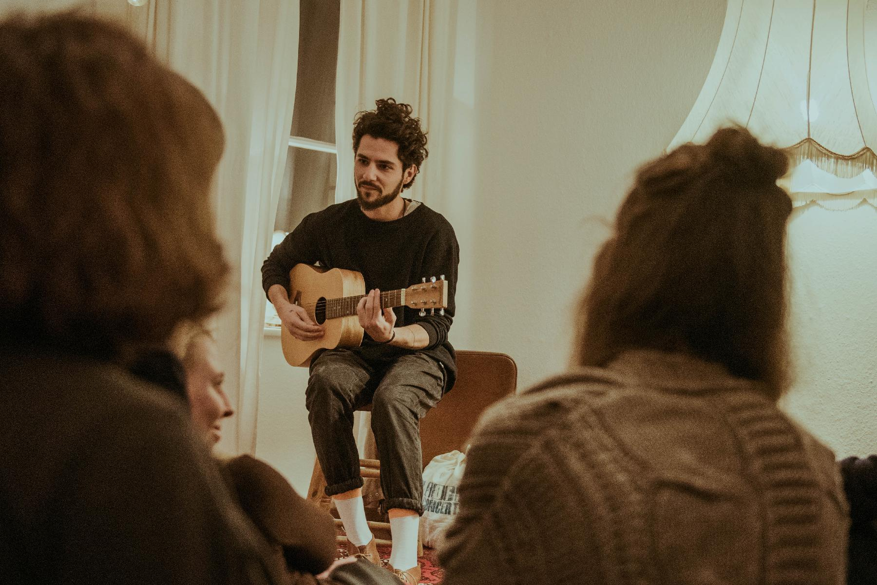Matteo an der Gitarre beim Konzert