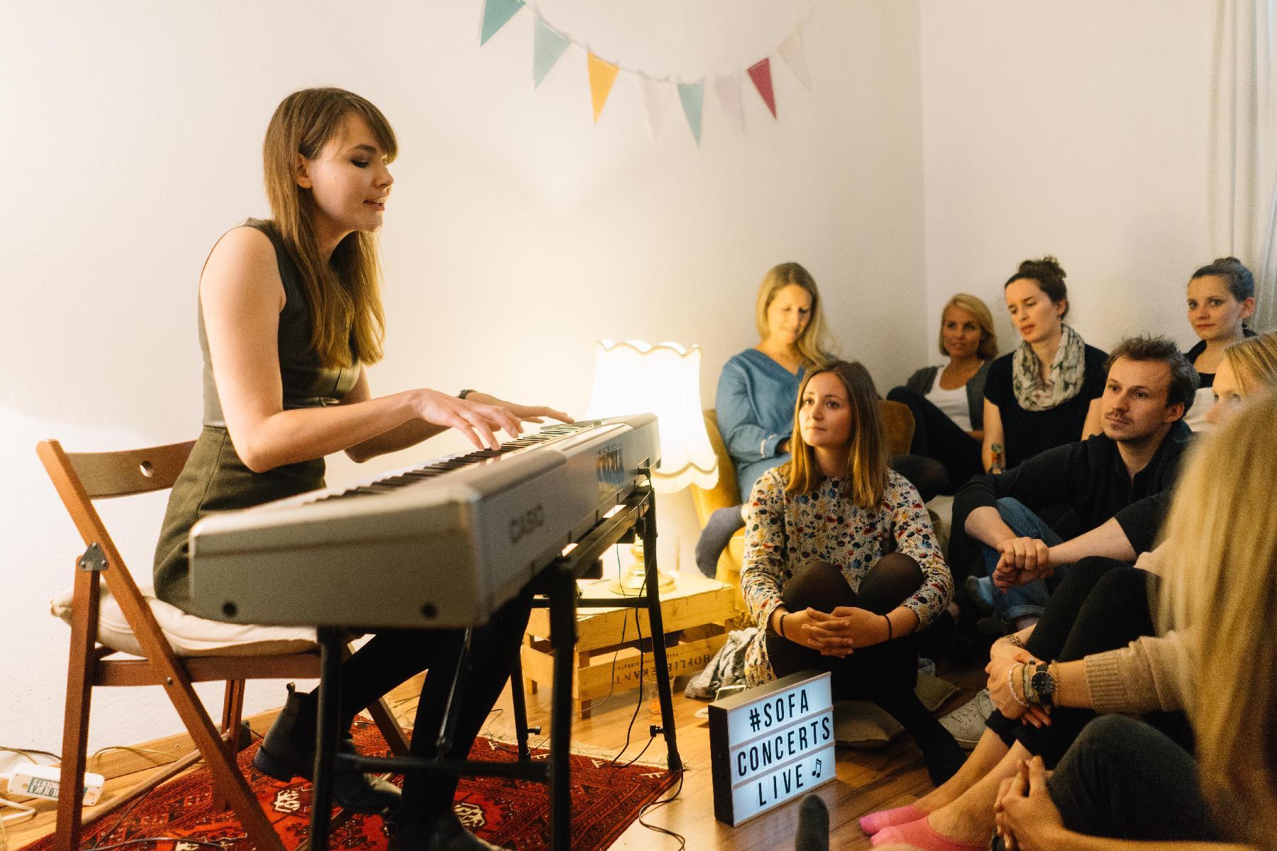 Emma Longard bei Wohnzimmerkonzert zum Geburtstag