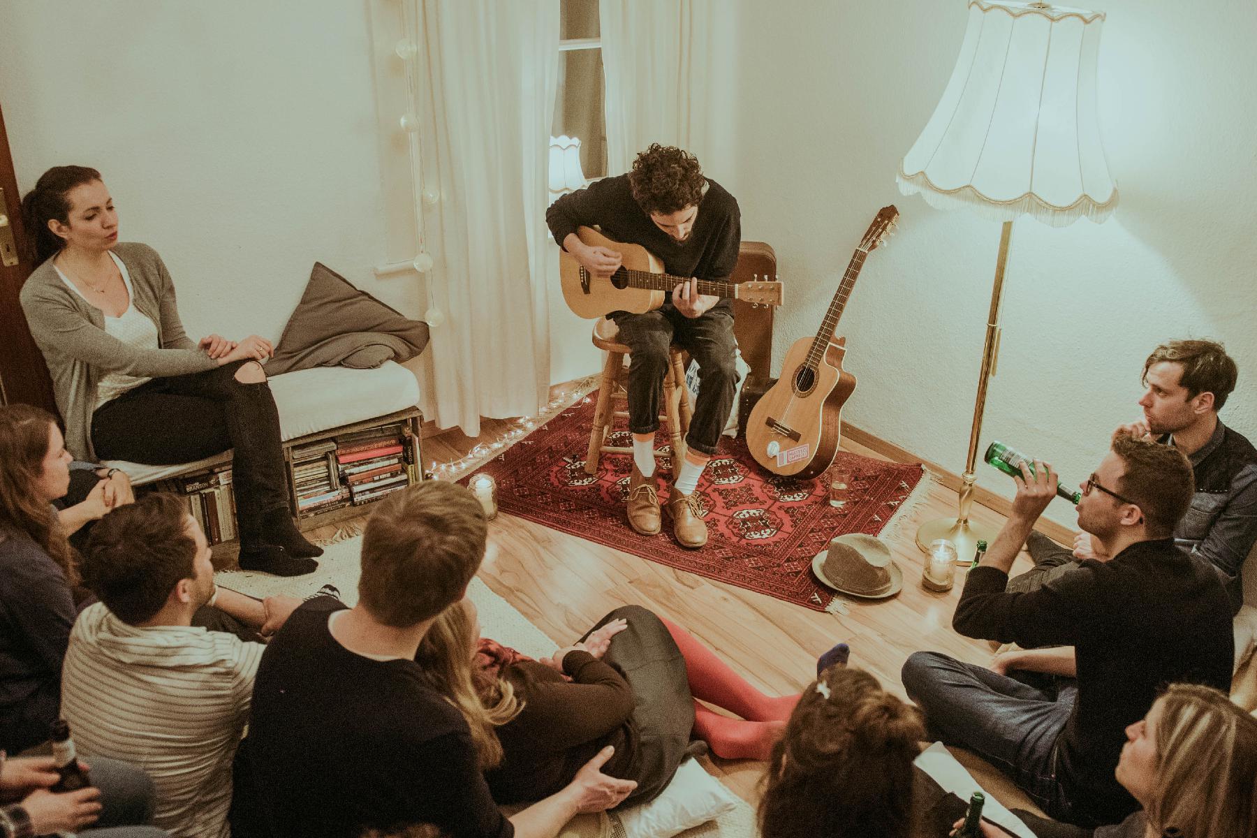 Matteo im Wohnzimmer beim Konzert - 2