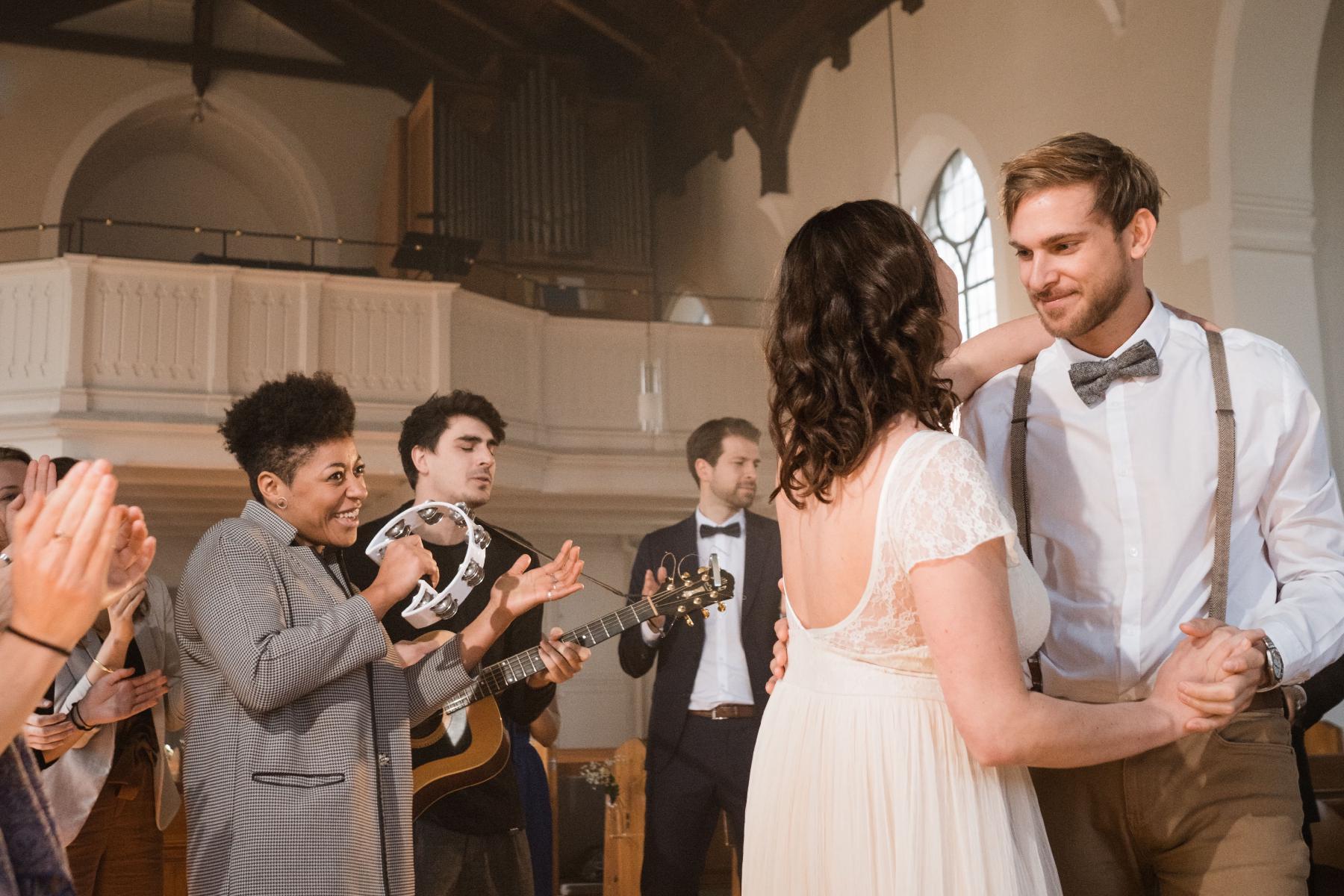 Tanzendes Ehepaar in der Kirche mit Band