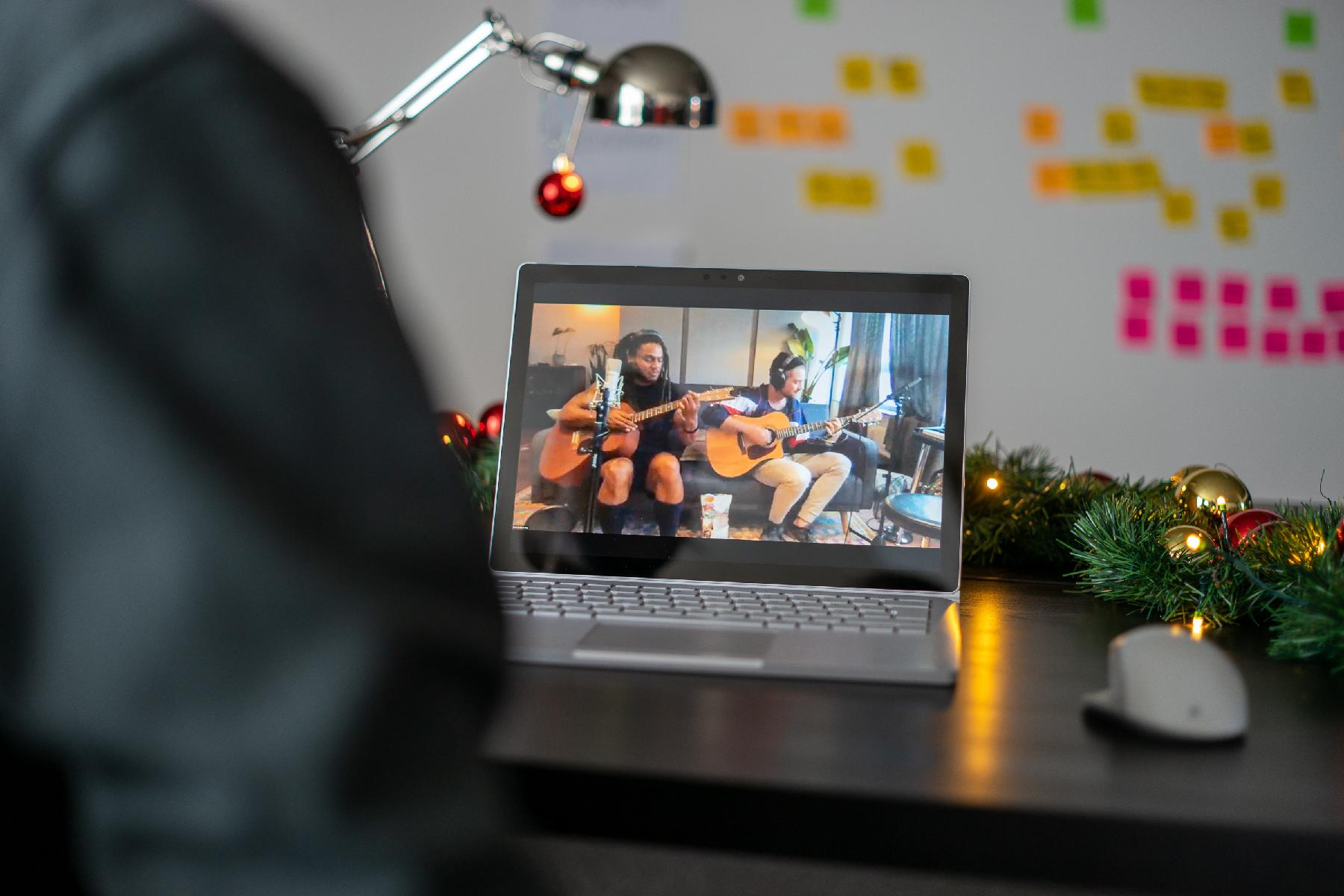 Mitarbeitender sieht Musikbotschaft  auf Laptop