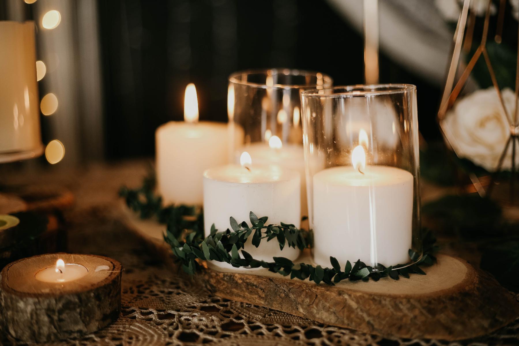 Kerzen auf Holztisch